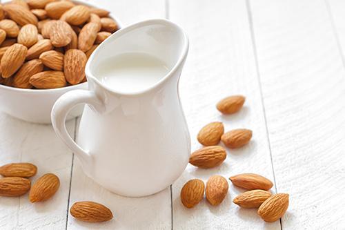 Image result for چه افرادی شیر را با بادام بخورند؟