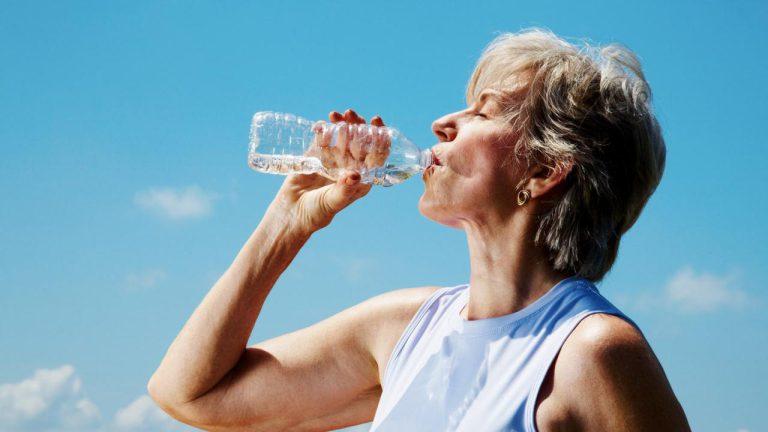 نوشیدن آب مسن